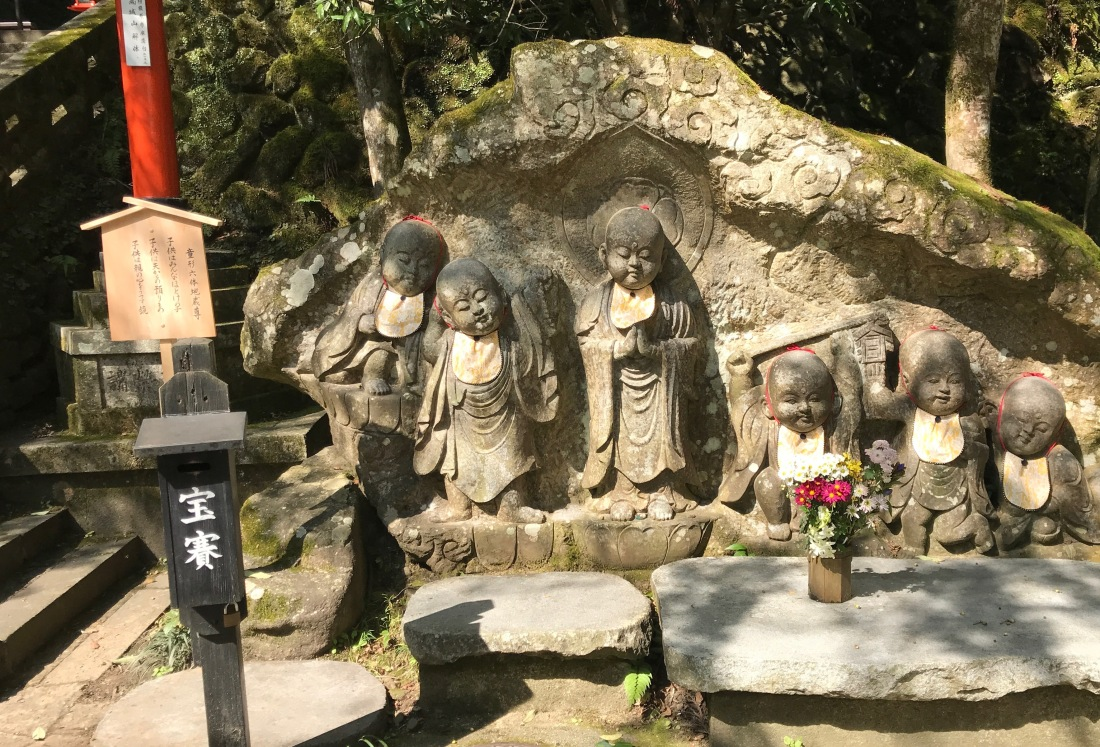 staues children at kurama